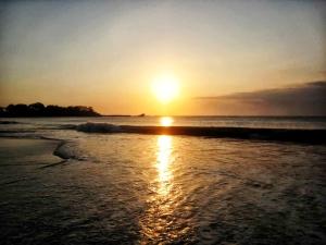 Pemandangan-langit-emas-di-pantai-santolo